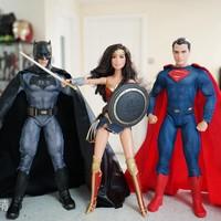 模玩入坑从娃娃抓起—芭比收藏系列,蝙蝠侠大战超人娃娃组开箱、把玩