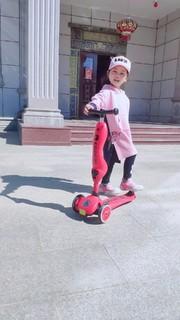 今天是酷酷的滑板车女孩
