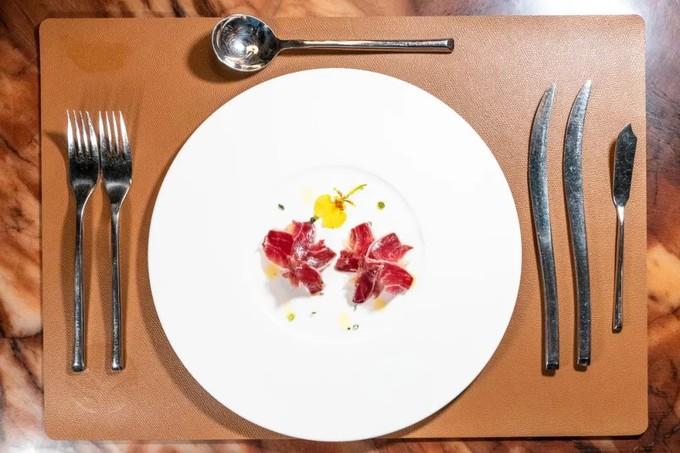 林和西这家不起眼的法国餐厅,贩卖着世界顶级的西班牙火腿