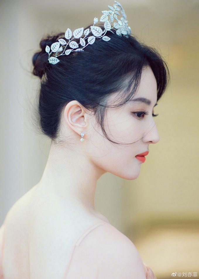 """刘亦菲戴它的钻石王冠登热搜,称""""颜值首富""""不过分吧"""