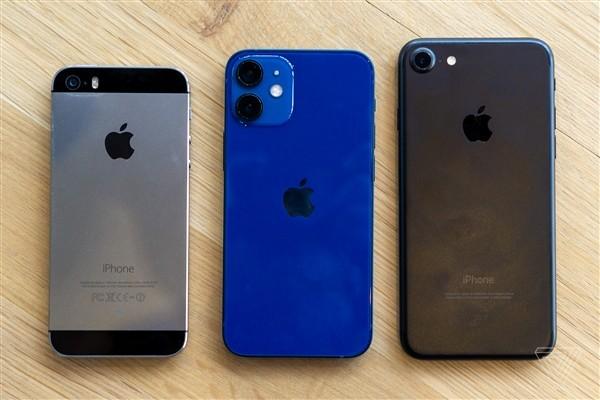 从左到右:iPhone 5S,iPhone 12 mini和iPhone 7