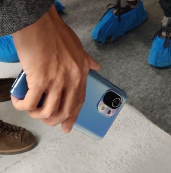 疑似小米11真机曝光,磨砂渐变蓝、圆角矩形三摄辨识度高