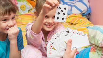 大人玩的UNO纸牌,可以演变许多和宝宝玩的游戏!数学启蒙、颜色认知,超有趣!