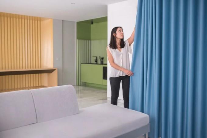 设计师可能有强迫症,不仅让墙面褶皱,还为每个功能区定义了不同的色彩!